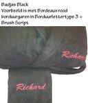 naam borduren op zwarte badjas en handdoek